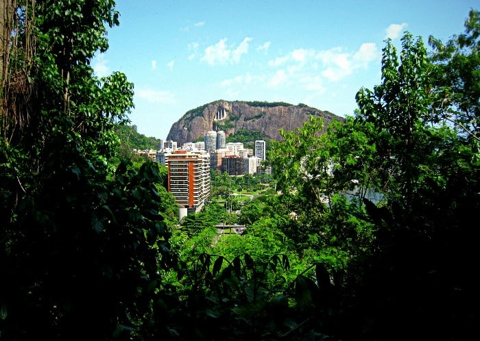 Morro do Cantagalo visto do Parque da Catacumba